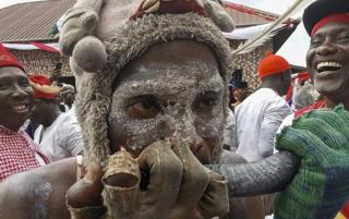 online dating مردان نیجریایی در جشنواره Idju Owhurie در Warri، نیجریه، 29 آوریل 2019 (30 آوریل 2019 صادر شده) حضور دارند. این دوسالانه جشنواره فرهنگی اهووری توسط افرادی از پادشاهی وبرای اگبارا، منطقه جنوب غربی دولت دلتا، جشن گرفته می شود. این یک فستیوال جنگی است که عموما به نام «آگاسبا جوجو» به قرن 15 میلادی معروف است