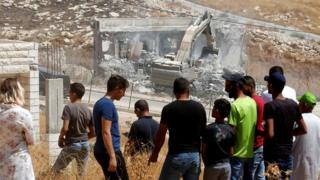 Warga menyaksikan dihancurkannya rumah di Wadi Hummus, daerah yang diduduki Israel di Tepi Barat (22/07.