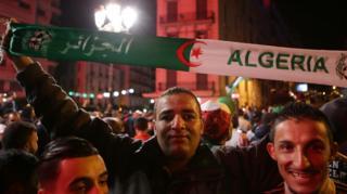 ما أن أعلن الرئيس الجزائري عبد العزيز بوتفليقة استقالته رسميا من منصبه، مساء الثلاثاء، حتى بدأ الجزائريون يخرجون إلى الشوارع، احتقالا بالقرار.