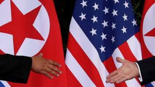 지난해 싱가포르에서 열린 북미정상회담에서 공동합의문 서명을 마친 뒤 악수를 나눈 김정은 북한 국무위원장과 도널드 트럼프 미국 대통령