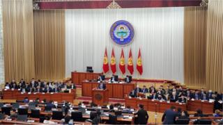 Кыргыз өкмөтү 2016-жылдагы ишмердүүлүгү тууралуу Жогорку Кеңеште отчетун берүүдө