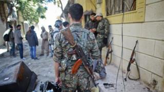 Kobani'de YPG savaşçısı sırtını dönmüş