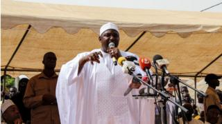 Le président gambien, Adama Barrow, lors d'une visite à Faraba Banta, le 22 juin, quatre jours après les heurts.