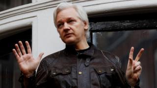 5月19日阿桑奇在伦敦厄瓜多尔使馆阳台上露面面对记者。