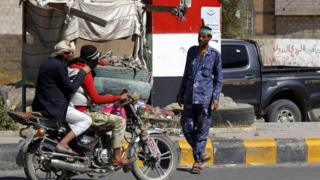 A Houthi militiaman mans a checkpoint amid heightened security in Sana'a, Yemen, 10 December 2016.