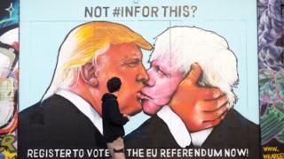 Tranh vẽ trên tường ở Bristol Anh từ hồi tháng Năm năm 2016 cảnh báo người dân hãy đi bỏ phiếu nếu không muốn thấy sự thành công của ông Johnson và ông Trump