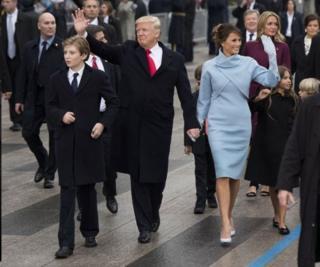خانواده ترامپ پس از مراسم سوگند به طرف کاخ سفید می رود. بارون نفر سمت چپ.