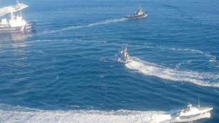 ウクライナ海軍艦を取り囲むロシア海軍艦(25日、クリミア半島近海)