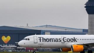 طائرة عليها اسم شركة توماس كوك