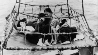 Nhiều người Việt đã bỏ nước ra đi trên những con thuyền nhỏ mong manh trên biển sau ngày 30/4/1975, tạo thành làn sóng thuyền nhân