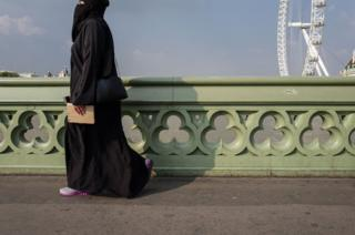 Женщина на мосту