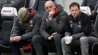 Wenger ati awọn ikọ rẹ dorikodo, wọn fọwọ leran