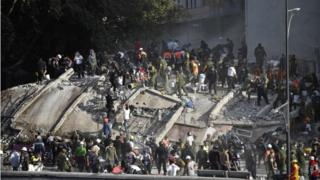 Bomberos y equipos de rescate buscan entre los escombros sobrevivientes del terremoto de 7,1 que golpeó a México.