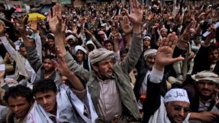 متظاهرون يمنيون في صنعاء ينادون برحيل الرئيس السابق علي عبد الله صالح في 2011 (أرشيف)