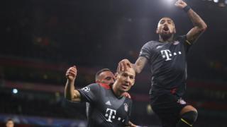 Arjen Robben, gol sevincini Frank Robbery ve Arturo Vidal ile paylaşıyor