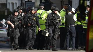 نیروهای امنیتی در اطراف ایستگاه پارسونز گرین در جنوب غربی لندن