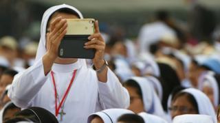 Частна сестра фотографише мобилним телефоном