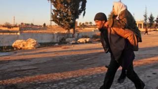 Doğu Halep'ten ayrılan iki Suriyeli