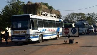 Des bus à Keur Ayib, à la frontière avec la Gambie (illustration)