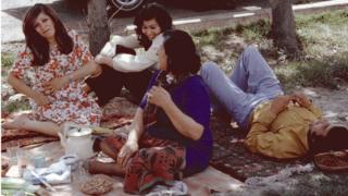 Qadınlar və kişilər Tehranda piknik zamanı. 1976-cı il.