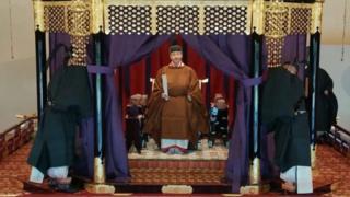 「即位礼正殿の儀」で高御座に座った天皇陛下(22日、皇居)