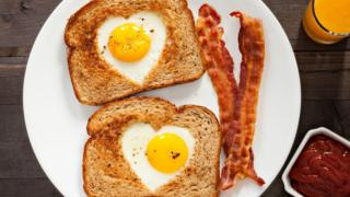 Heart-shaped-egg-and-toast.
