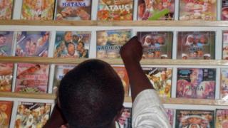 Wani mutum yana shirya faya-fayan fina-finan Hausa a kan kanta