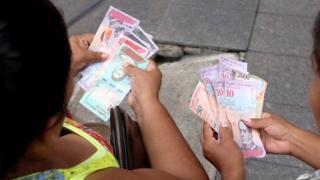 急激なインフレの抑制策として新通貨「ボリバル・ソベラノ」が導入された