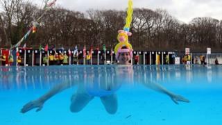 یکی از شرکتکنندگان در مسابقه قهرمانی شنا در آب سرد در جنوب لندن