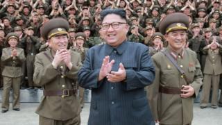 رئيس كوريا الشمالية كيم يونغ أون (وسط الصورة)