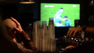 Aficionado mirando el partido entre Italia y Suecia