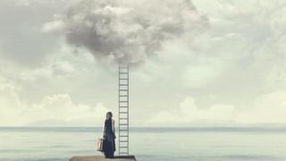 Mulher olhando escada que leva ao céu