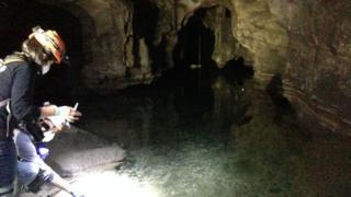Mathilda Mommersteeg e colega recolhem amostras de peixe dentro de um lago na caverna