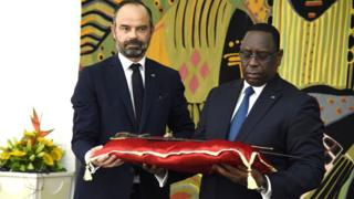 Macky Sall a reçu le sabre d'El Hadj Omar Tall, à la présidence sénégalaise.