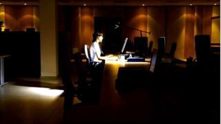 نمایی از شخصی در حال کار با کاوپیوتر (تصویر تزئینی است)
