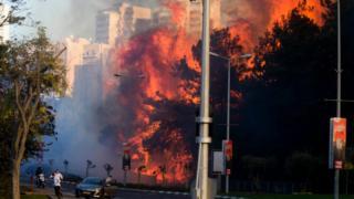 Kobaran api raksasa di antara blok-blok apartemen Haifa