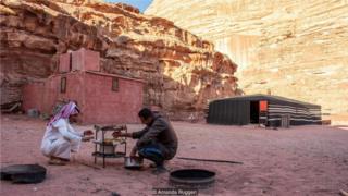 回到营地,拉希德和厨师穆罕默德准备了扎布当晚餐。