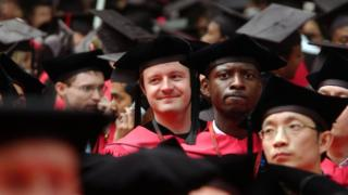 Imagem mostra estudantes de Harvard em cerimônia de formatura