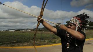 Indígena pemón com arco e flecha