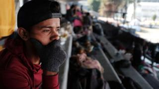 Migrante en el estadio de México.