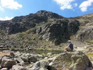 Hombre solitario sentado en una roca (Foto: Moisés Hernández López)