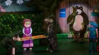 """Сцена из спектакля """"Маша и медведь"""""""