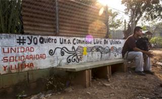 Un hombre sentado en Santa Marta, Cabañas, El Salvador.