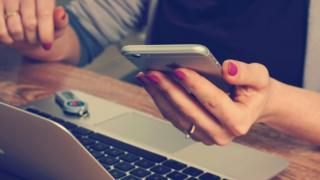 Жінка і смартфон