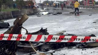 Обломки вертолета, упавшего на шоссе в Стамбуле