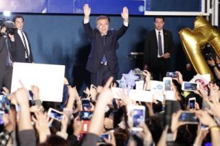 Moon Jae-In, Güney Kore'nin yeni lideri seçilmesinin ardından gece yarısı destekçileri ile bir araya geldi.
