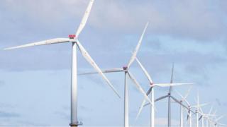 طواحين الهواء في حقل لتوليد الطاقة من الرياح في بريطانيا