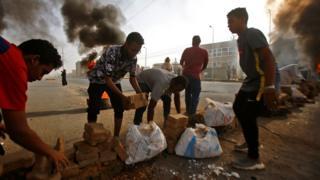 متظاهرون يحاولون سد الطرق