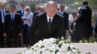 Rossiya Prezidenti Vladimir Putin Islom Karimov qabriga gul qo'ymoqda.