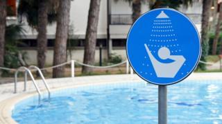 Aviso pedindo para tomar ducha antes de entrar na piscina